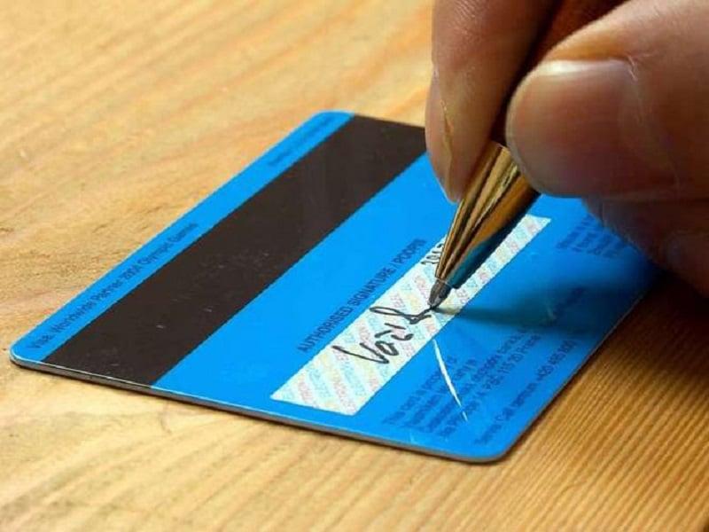 ký vào mặt sau thẻ