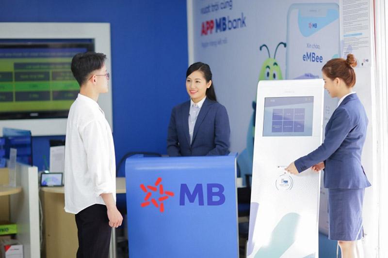 Đến ngân hàng MBBank lấy số thứ tự theo hướng dẫn