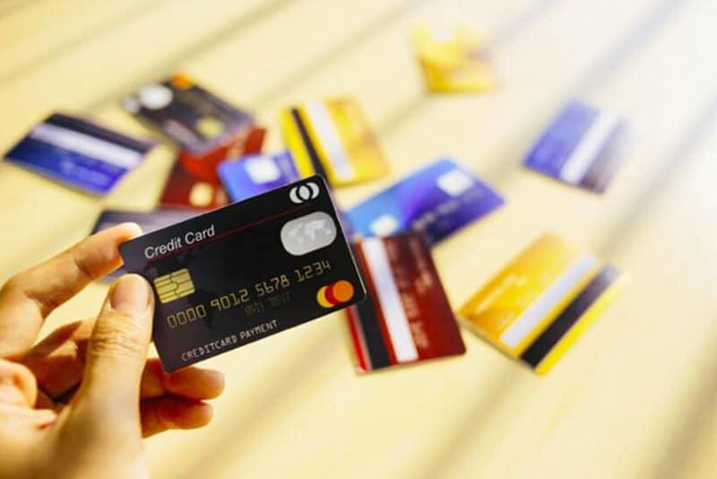 Thẻ ngân hàng hiện nay được chia thành 3 loại: Thẻ tín dụng, thẻ ghi nợ và thẻ trả trước