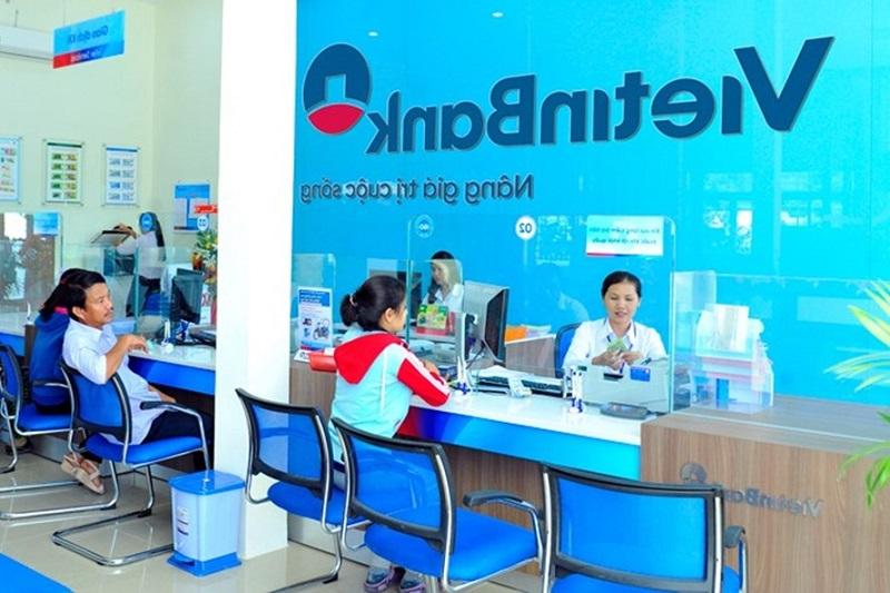 Khi đến chi nhánh Vietinbank, nhân viên ngân hàng sẽ giúp bạn kiểm tra số tài khoản một cách nhanh chóng