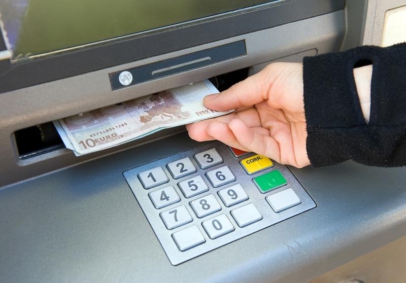 Những máy đổi tiền tự động tại sân bay là nơi du khách có thể đổi tiền tiện lợi
