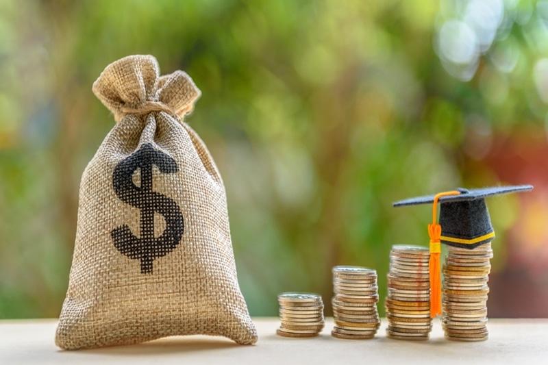 Vay tiền sinh viên là một trong những dịch vụ giúp các bạn sinh viên có thể vượt qua khó khăn tài chính để tiếp tục hoàn thành việc học