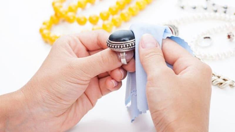 Chỉ cần thường xuyên làm sạch trang sức bạch kim sẽ luôn giữ được vẻ sáng đẹp